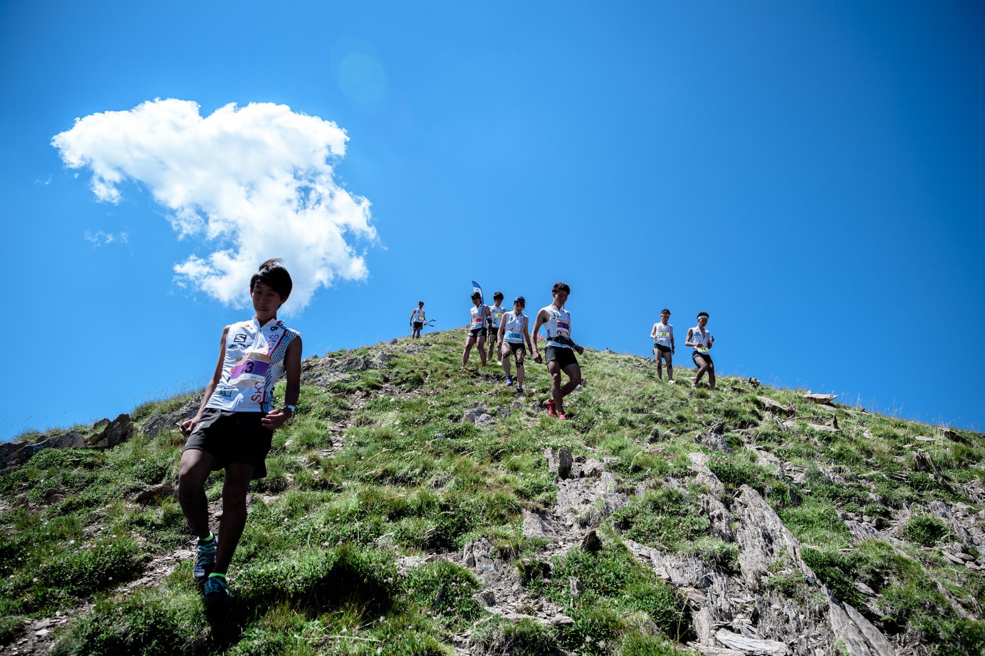 レース後に下る日本の選手たち。遮るものの無い、まさにスカイランニングというフィールド 🄫NAGI MUROFUSHI