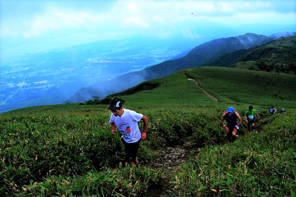 びわ湖を望む蓬莱山への登り。びわ湖バレイスカイレースのハイライトは日本屈指の美景である 🄫びわ湖バレイスカイレース