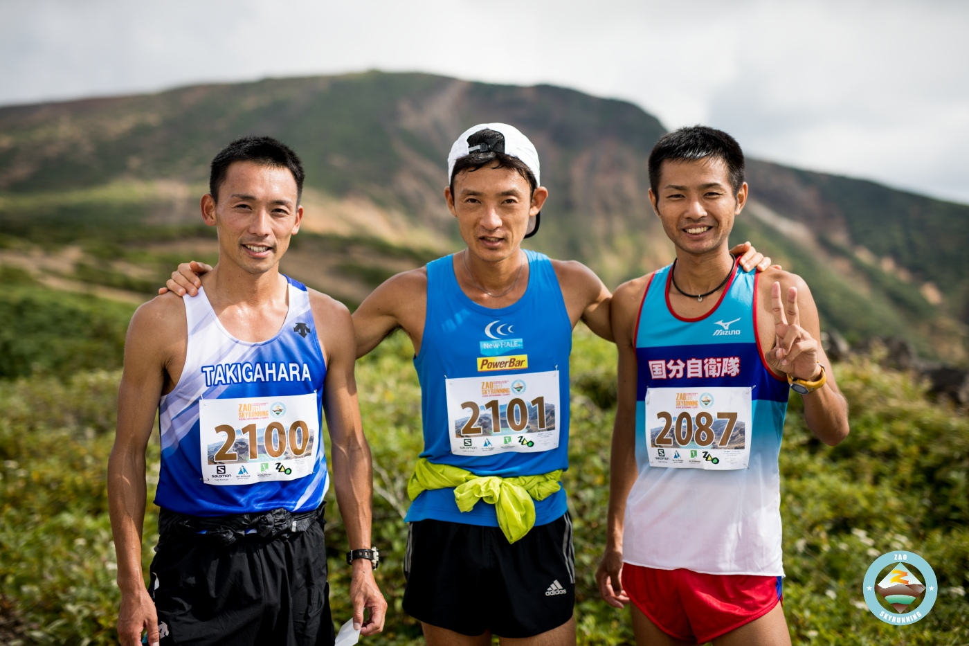 バーティカル男子トップ3 左から新牛込、宮原、永里 🄫ZAO SKYRUNNING