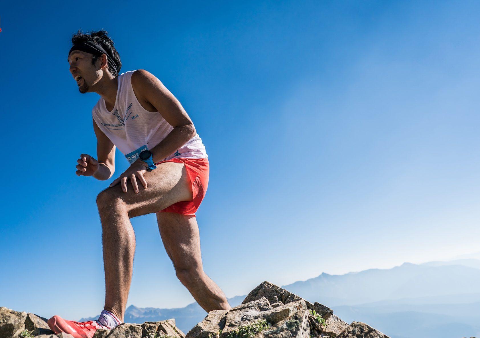 ローンピークの山頂に向かって駆け登る 🄫Ian Corless
