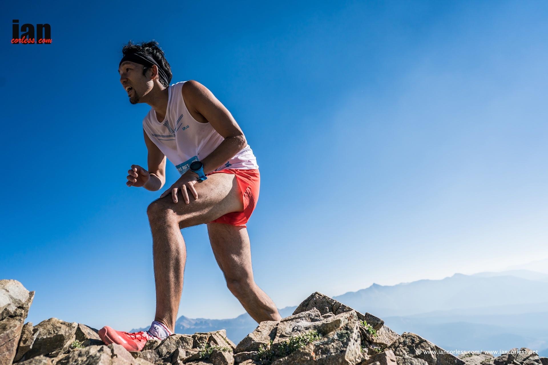 ローンピークの山頂に向かって駆け登る ?Ian Corless
