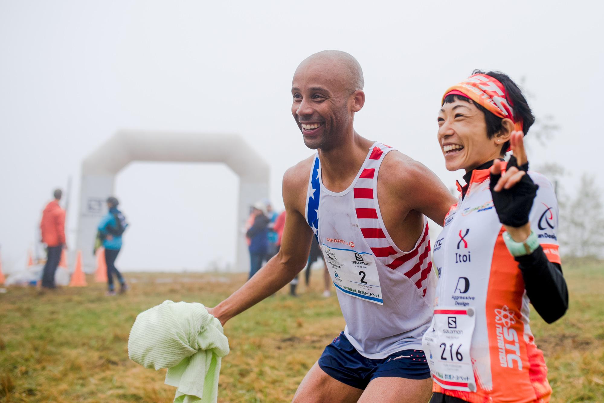 優勝したグレイと吉住、ゴール地点で笑顔のツーショット ?Oze Iwakura VK