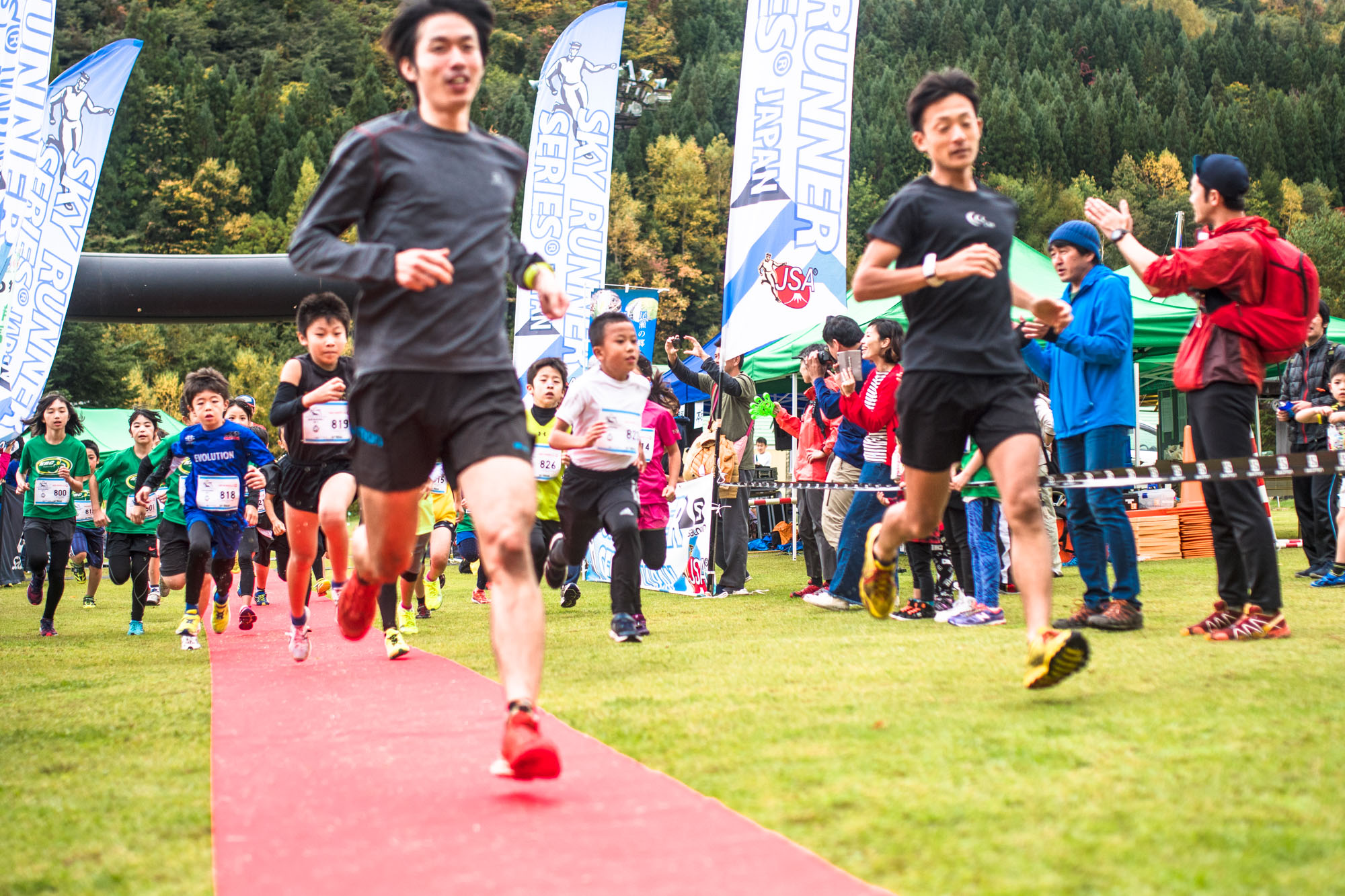 中学年の先導をおこなった吉野選手(左)と宮原選手 🄫Oze Iwakura VK