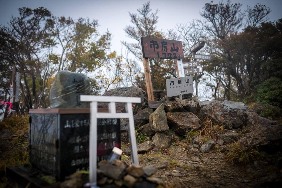 西米良村の中心から最高峰の市房山までの標高差は約1500m。日本屈指の山岳コースだ ?NAGI MUROFUSHI