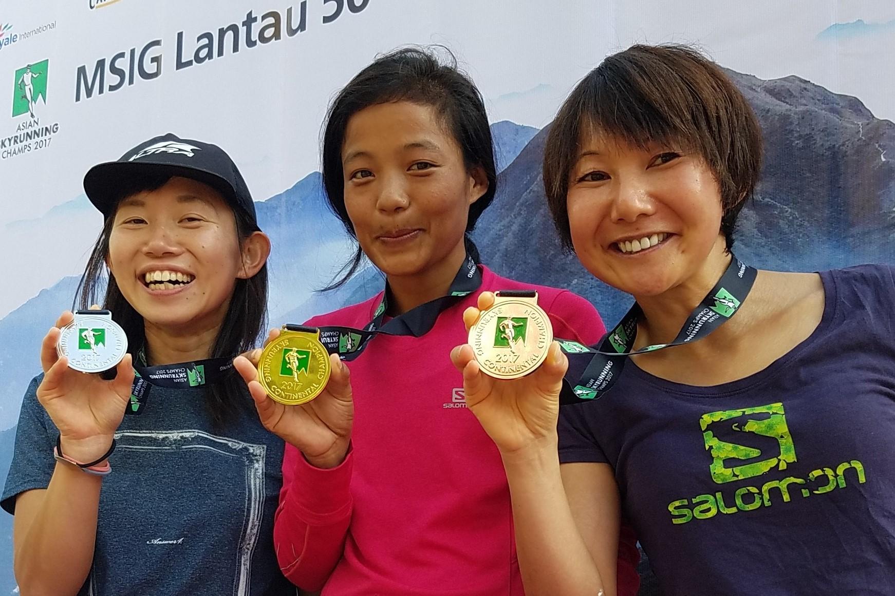 1年の長いシーズンを終えての笑顔 左から、星野、ライ、丹羽 ©Action Asia Events