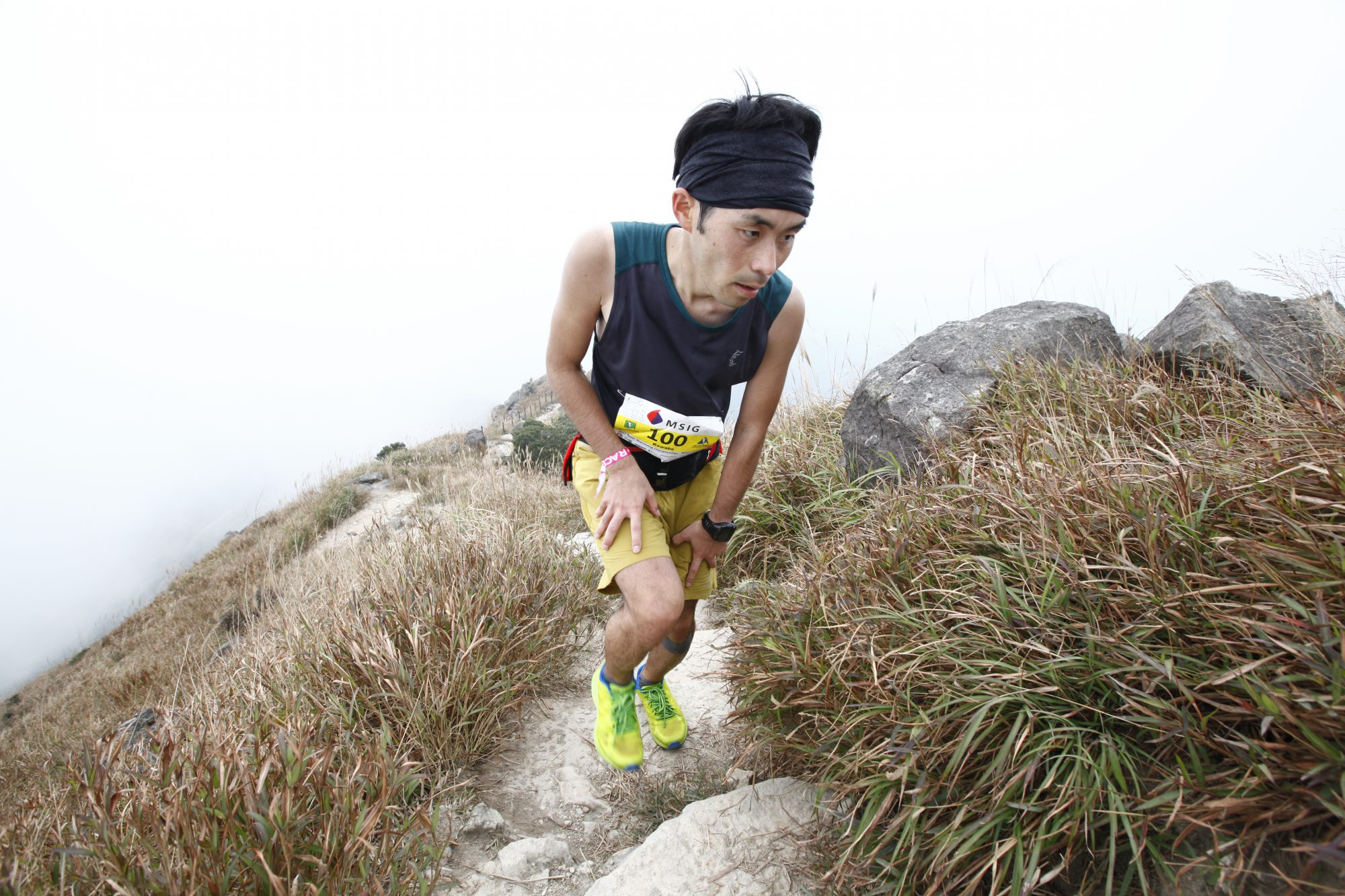 急峻な階段を駆け登るタフなコース。ランナーは河辺貴信 ©Action Asia Events