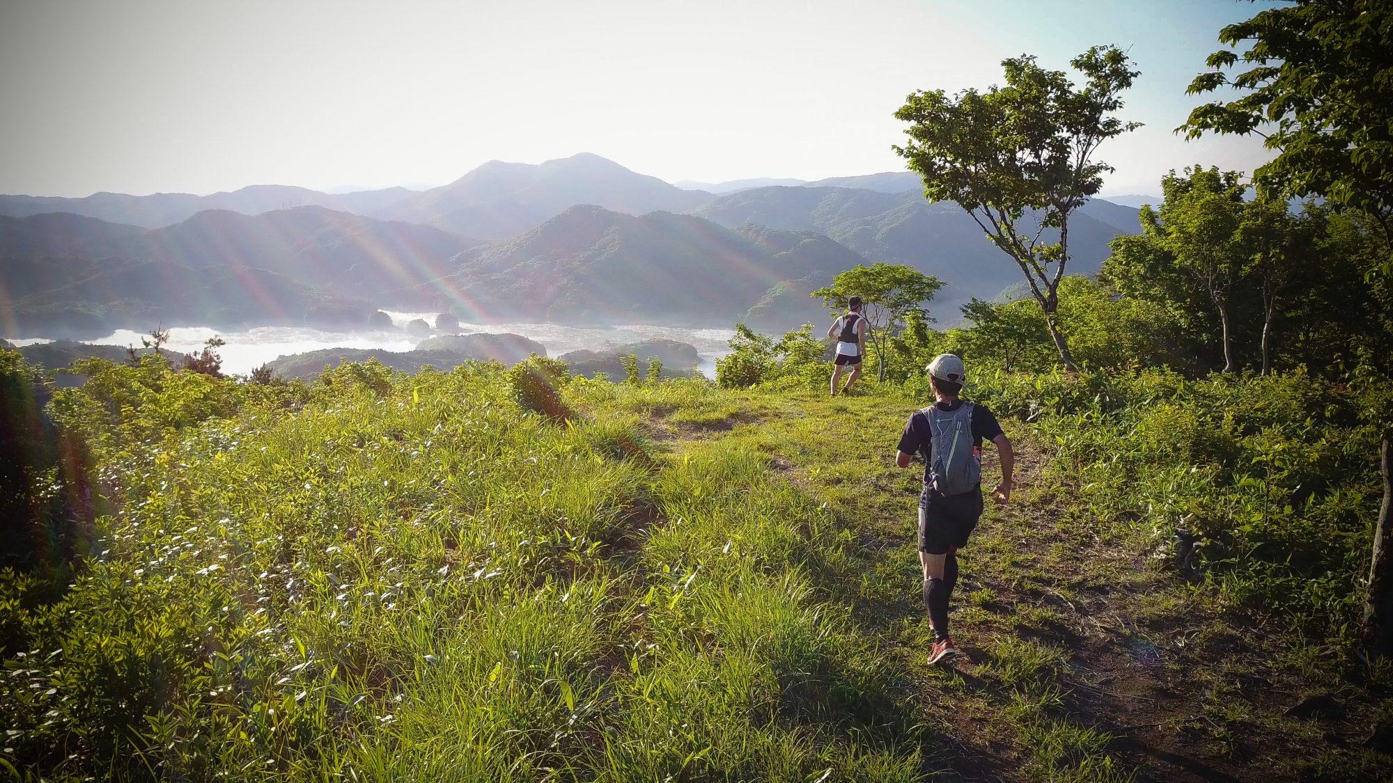 爽やかな高原を駆け抜ける、後半には急峻なアップダウンが待ち構える 🄫FIELDS