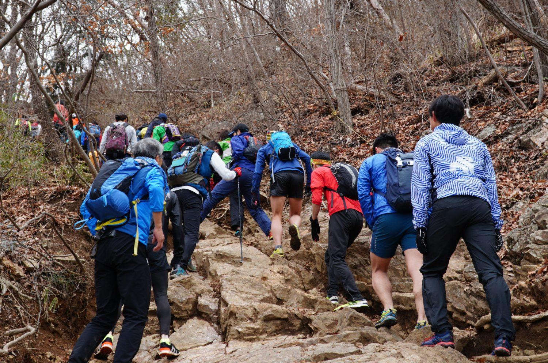 急峻な岩場もあり各地のスカイランナーも大満足の吾妻山
