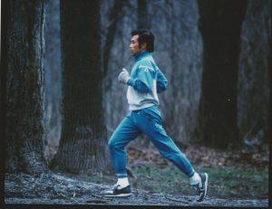 イタリア・トスカーナの森でクロスカントリーを楽しむ山西哲郎先生