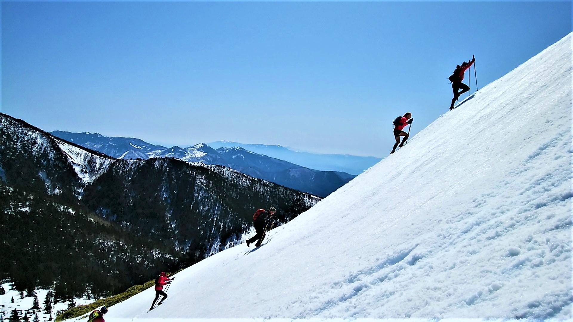 根子岳南面の急傾斜地を登る。まさにバーティカル