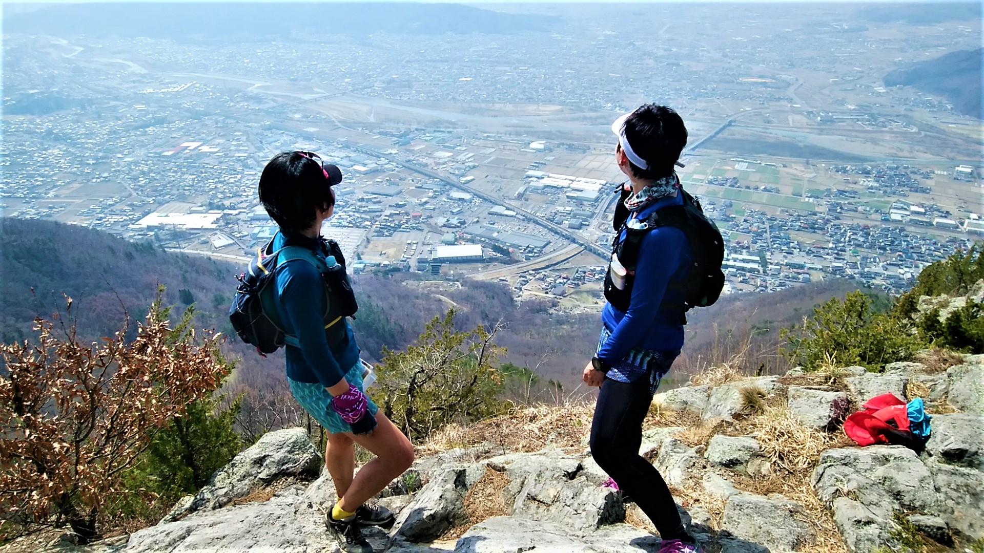 断崖絶壁の兎峰(うさぎみね)より上田市街地を望む