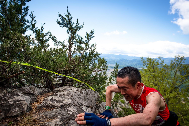 大会コースのハイライト。兎峰を攀じ登る近藤 ©UEDA VERTICAL RACE/NAGI MUROFUSHI