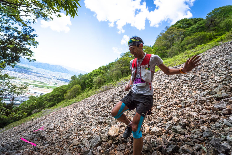 岩ゴロゴロのゴーロを駆け下る大瀬 ©UEDA VERTICAL RACE/NAGI MUROFUSHI