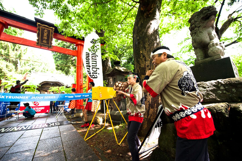 大星神社の赤い鳥居から山頂まで駆け上がる。笛や太鼓の音が選手の背中を押す ©UEDA VERTICAL RACE/NAGI MUROFUSHI