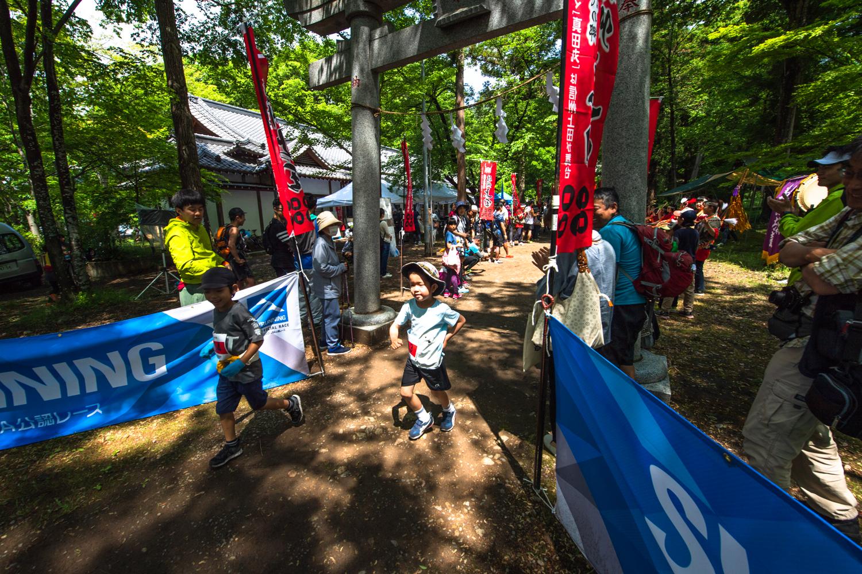 レース初体験となる小学1年生も太郎山を駆け登った!! ©UEDA VERTICAL RACE/NAGI MUROFUSHI