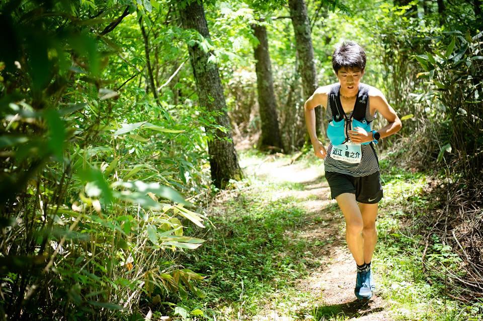 軽々とした走りで経ヶ岳を登る近江 将来が楽しみな10代のエース選手だ ©経ヶ岳バーティカルリミット/小関新平
