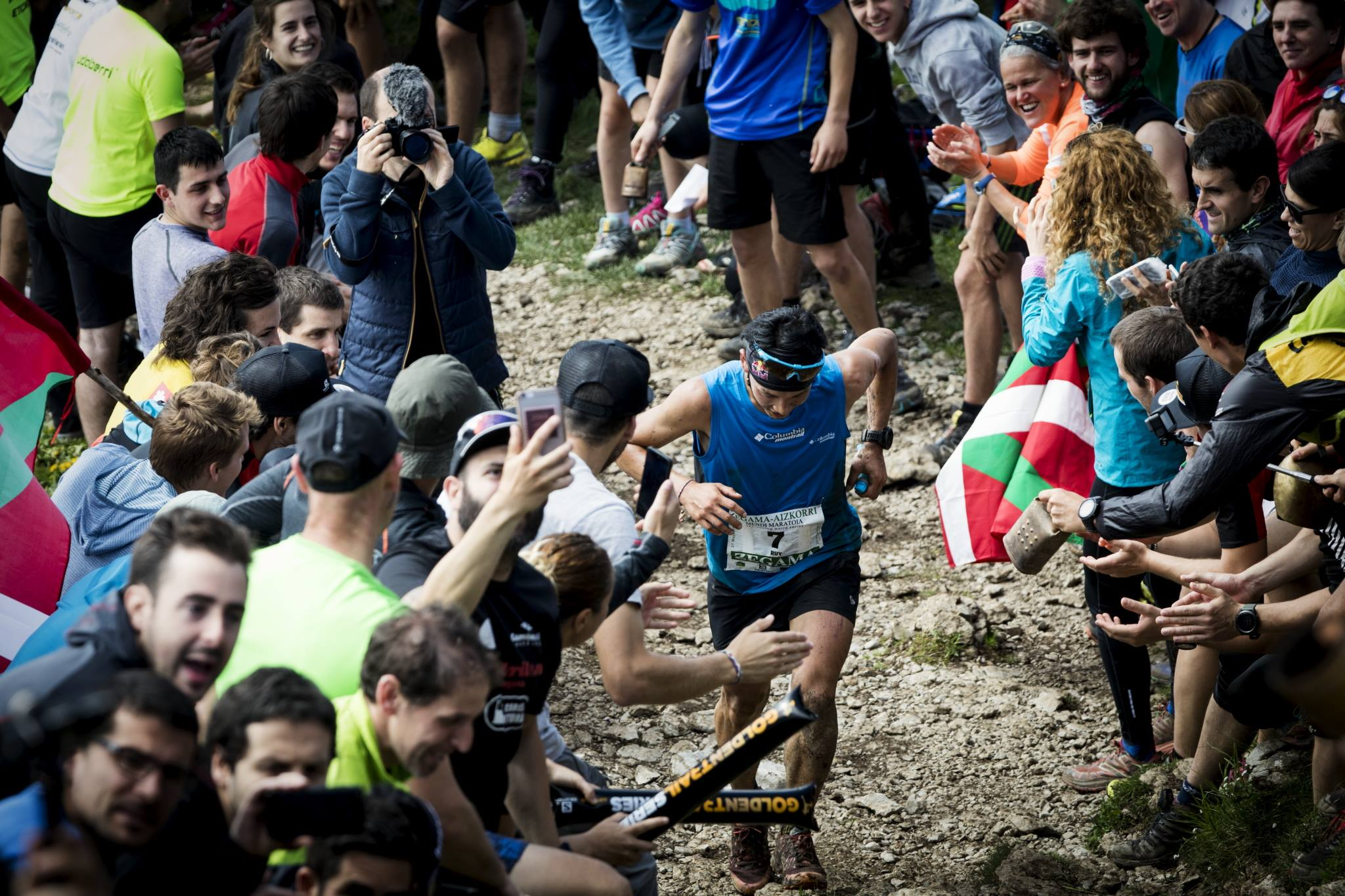 大歓声の中を駆け登る上田 ©Columbia Montrail / Sho Fujimaki