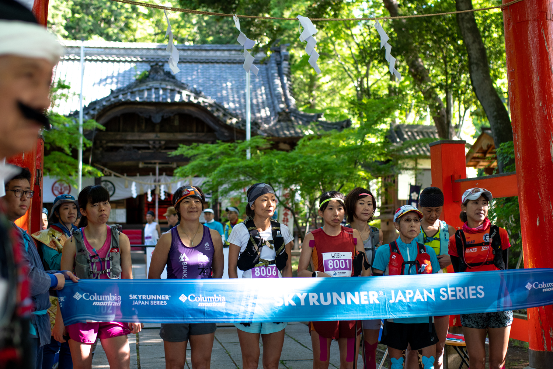 大星神社の赤鳥居をスタート。参加した女子はまさに厳選されたスカイランナーのみだ ©UEDA VERTICAL RACE/NAGI MUROFUSHI