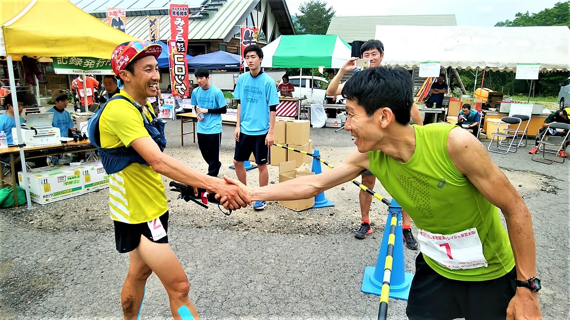 健闘をたたえ合うトップ2の東(右)と小川(左)