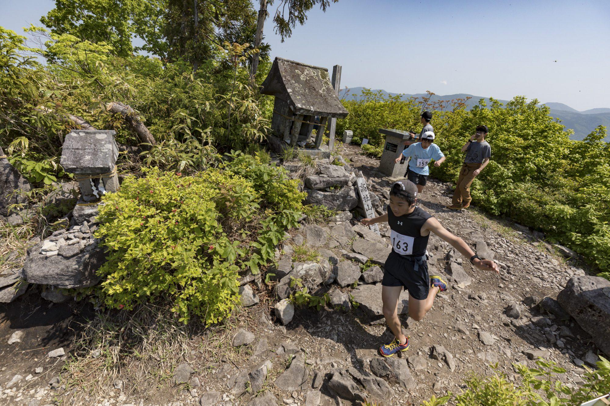 高社山の山頂を踏破する中学生、一般の部の大人と競い合う ©たかやしろトレイルランニングレース