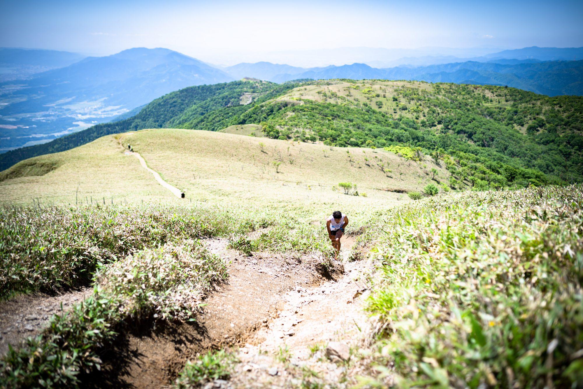 コースのハイライトは青空に包まれた稜線。トップに立った星野 ©BIWAKO VALLEY SKYRACE・JSA・NAGI MUROFUSHI