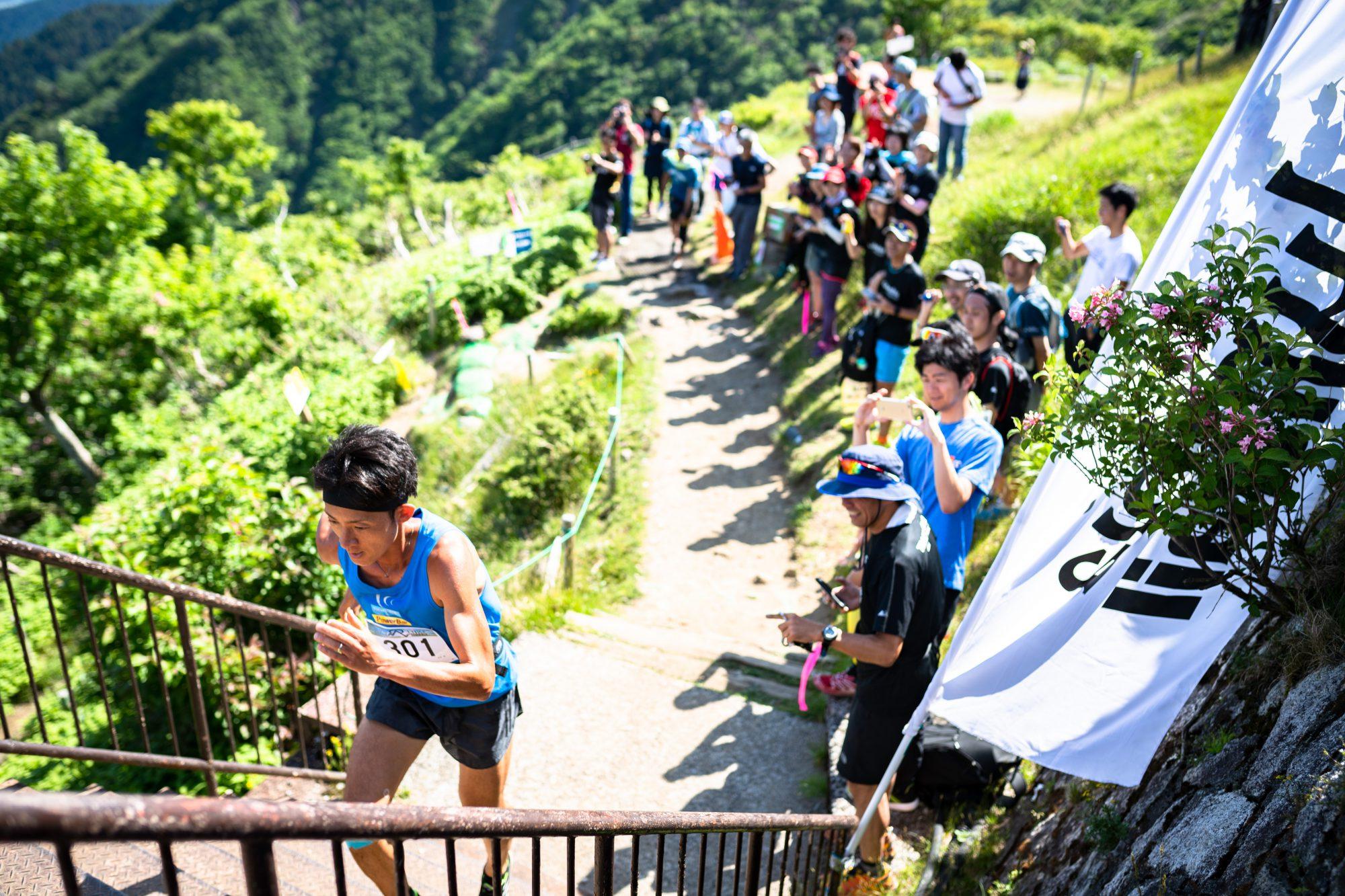 最後の階段を駆け登る宮原。欧州のように賑やかな大歓声に迎えられた ©BIWAKO VALLEY SKYRACE・JSA・NAGI MUROFUSHI