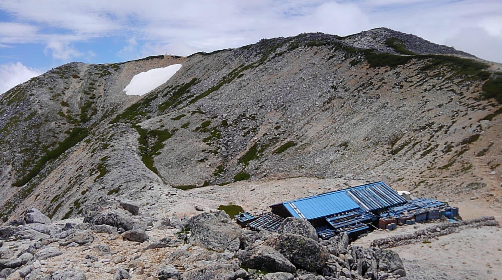 から望む野口五郎小屋(標高約2.870m)