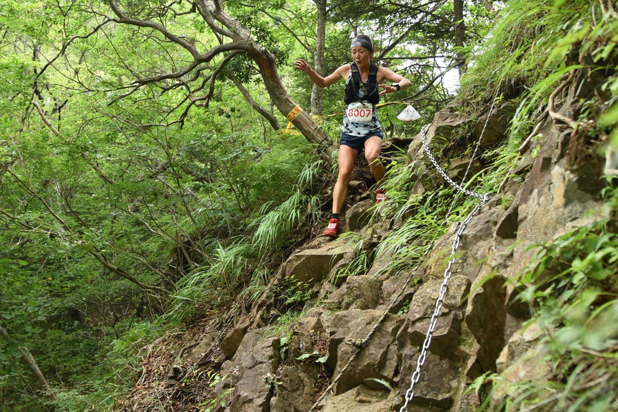 丹沢山塊北部の急峻な山岳を走破する。写真は初代関東女王に輝いた田中真紀 ©北丹沢12時間山岳耐久レース