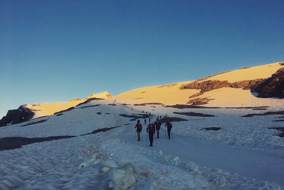 朝日を受けながらの雪上登山レースだ
