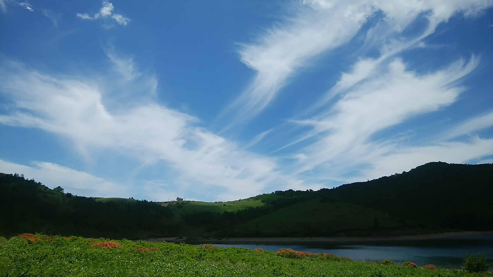 山は逃げない。このような気持ちの良い空の日に山に行きたいものだ