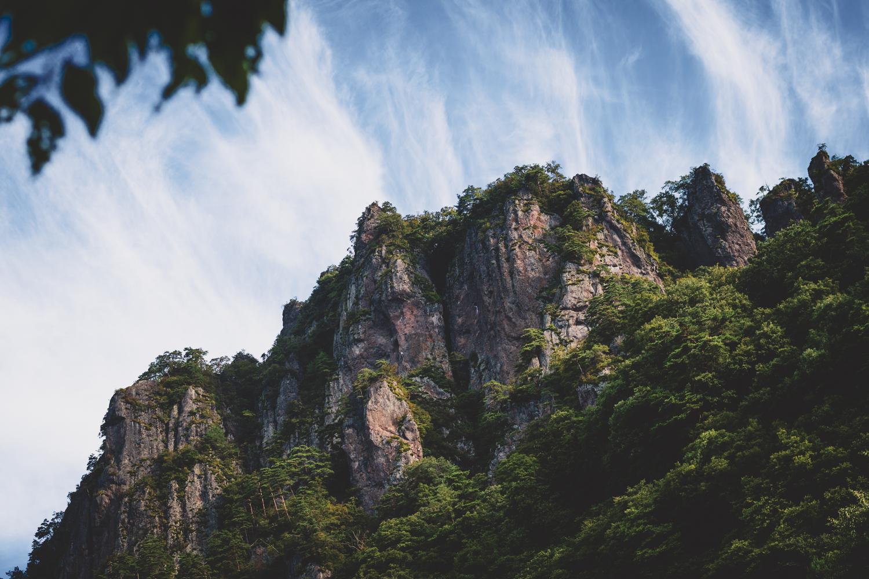 急峻な岩櫃山の中腹にある岩櫃城跡を目指す。岩櫃城は戦国武将である真田家の上州の拠点として有名。 ©THE岩櫃城★忍び登山