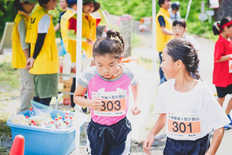 暑い中、友達同士で励まし合って!! ©THE岩櫃城★忍び登山
