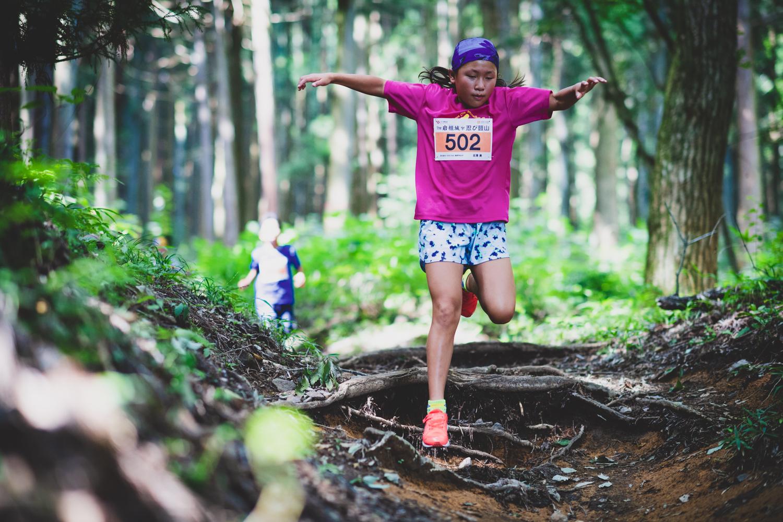 まさに忍者のように軽やかに山岳を駆け巡る。高学年女子で優勝した吉澤昊さん。 ©THE岩櫃城★忍び登山