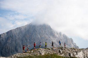 イタリア半島最高峰のグランサッソ山を背後にしていわばを駆け抜ける選手たち ©Nagi Murofushi