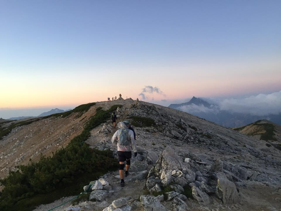 スカイランニングスタイルで野口五郎小屋から水晶岳を目指す