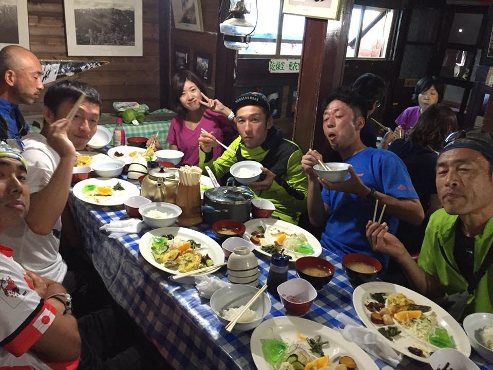 山で食べる仲間との食事はおいしく楽しい