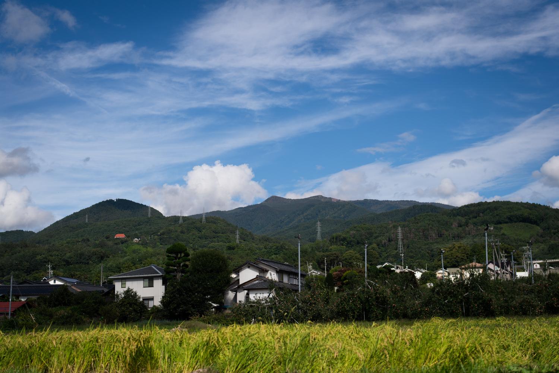上田市街地から見て東方に高くそびえる烏帽子岳。これからの時期、紅葉で赤く染まる ©Eboshi VK