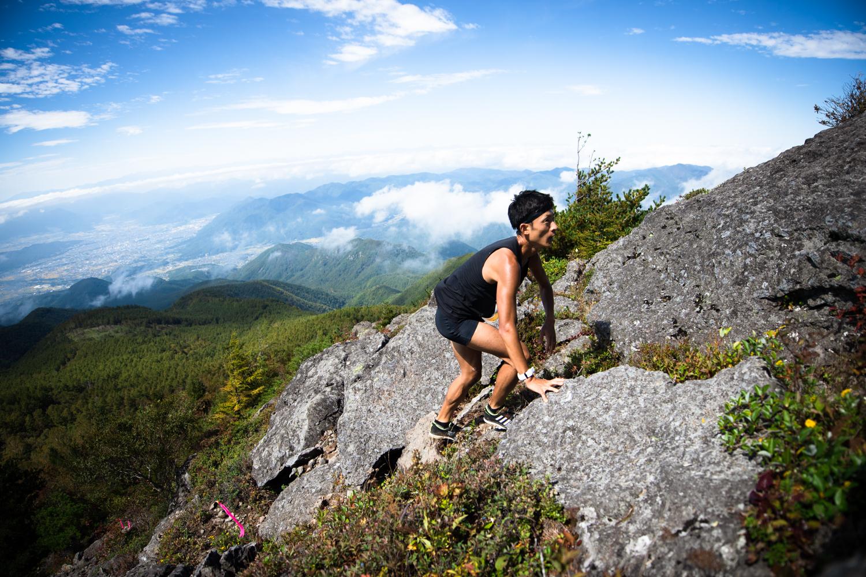 驚異的なスピードで山頂を目指す宮原 ©Eboshi VK