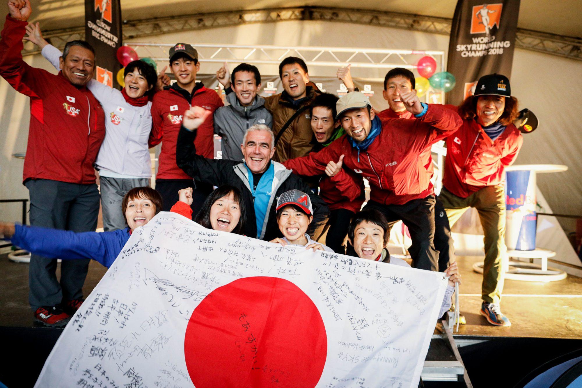 スカイランニングの父であるISFマリーノ会長と日本チーム ©Sho Fujimaki
