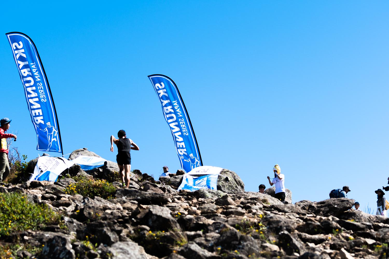360度、何も遮るもののない山頂。青空へ吸い込まれる感覚 ©Eboshi VK