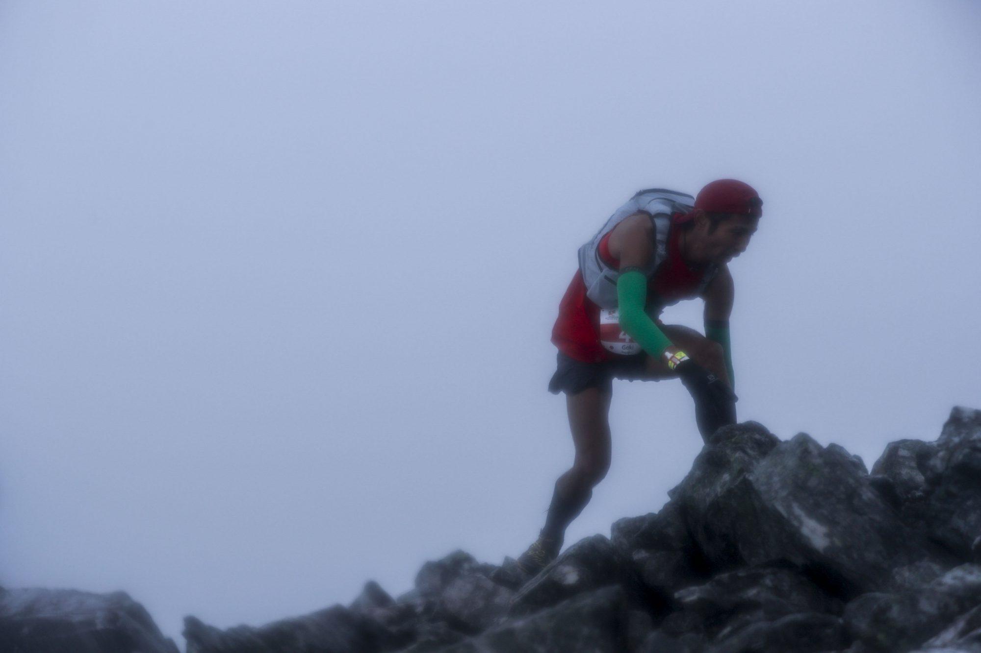 全力で駆け登る永里。機内サービスの靴下を利用したお手製のアームウォーマーに救われたそうだ ©Sho Fujimaki