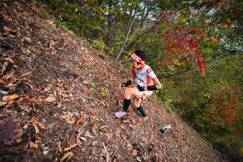 斜度40度を超えるジャイアントウォールを駆け登る吉住 ©OZE VK