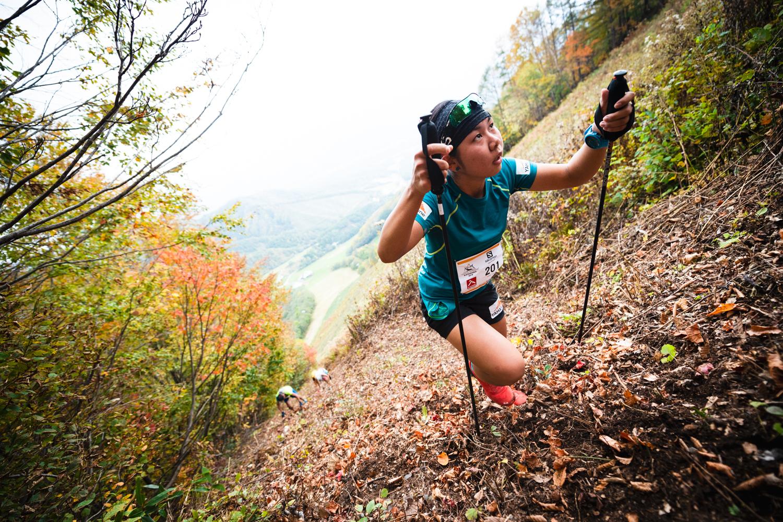 空を目指して。ジャイアントウォールを登る女子2位の滝澤 ©OZE VK