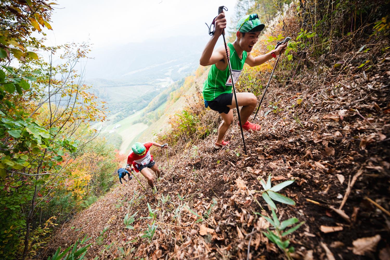 急斜面ではポールを使う技術は武器となる。右は男子3位の星野 ©OZE VK