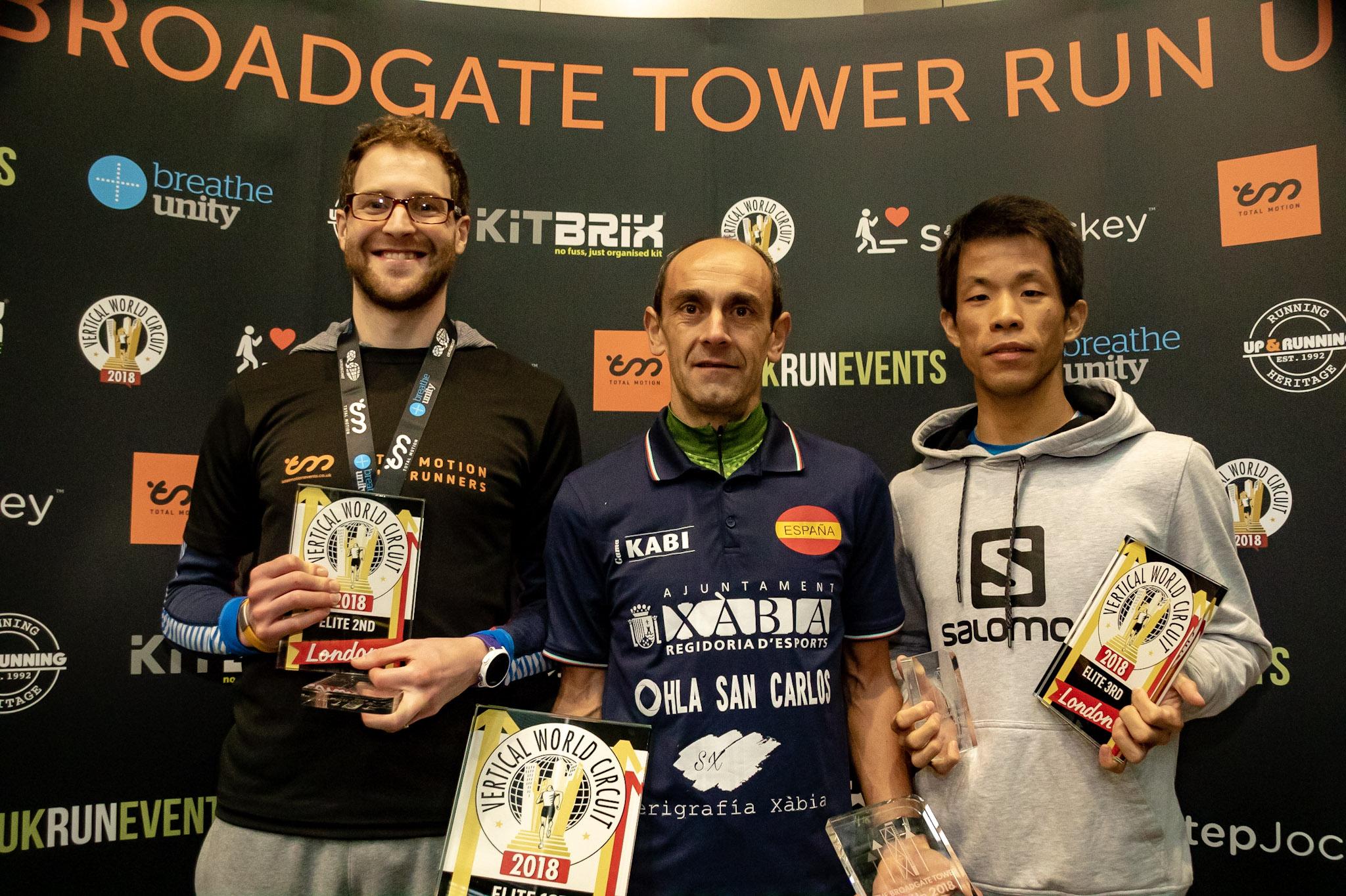 左から2位マーク・ハワード、1位イグナシオ・カルドナ、3位小山孝明 ©benlumleyphoto.co.uk