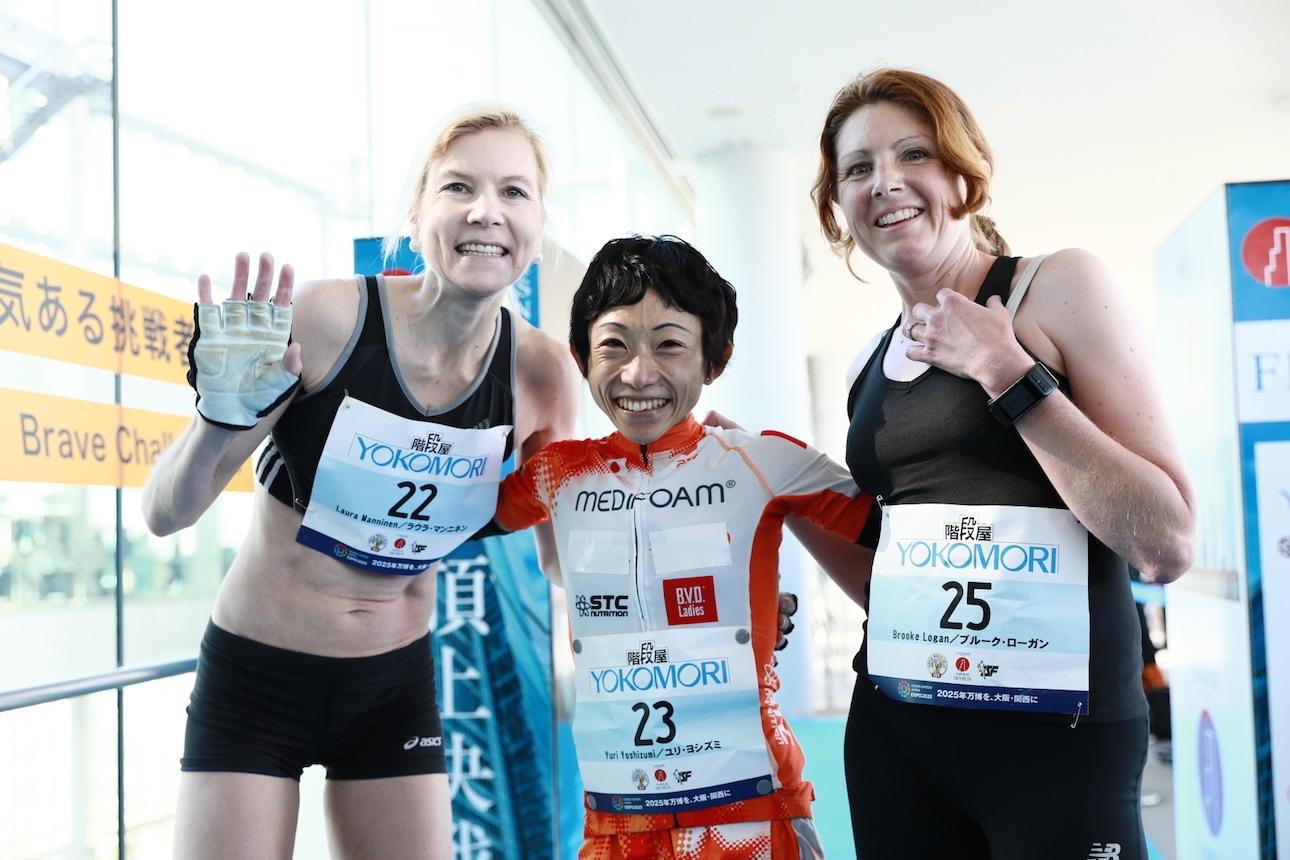 女子トップ3、左からマンニネン、吉住、ローガン ©Sporting Republic