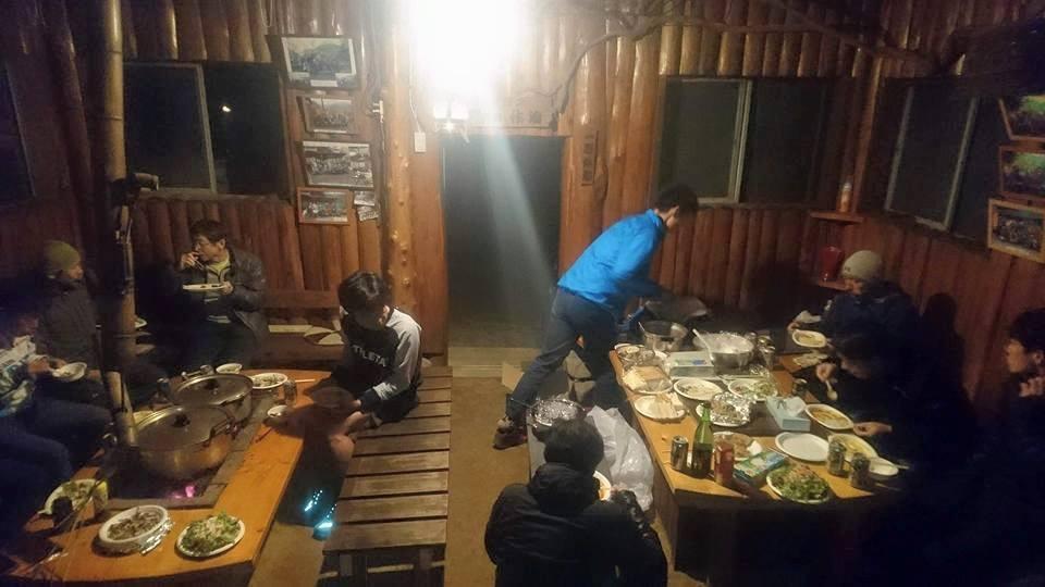 作治小屋での夕食の様子