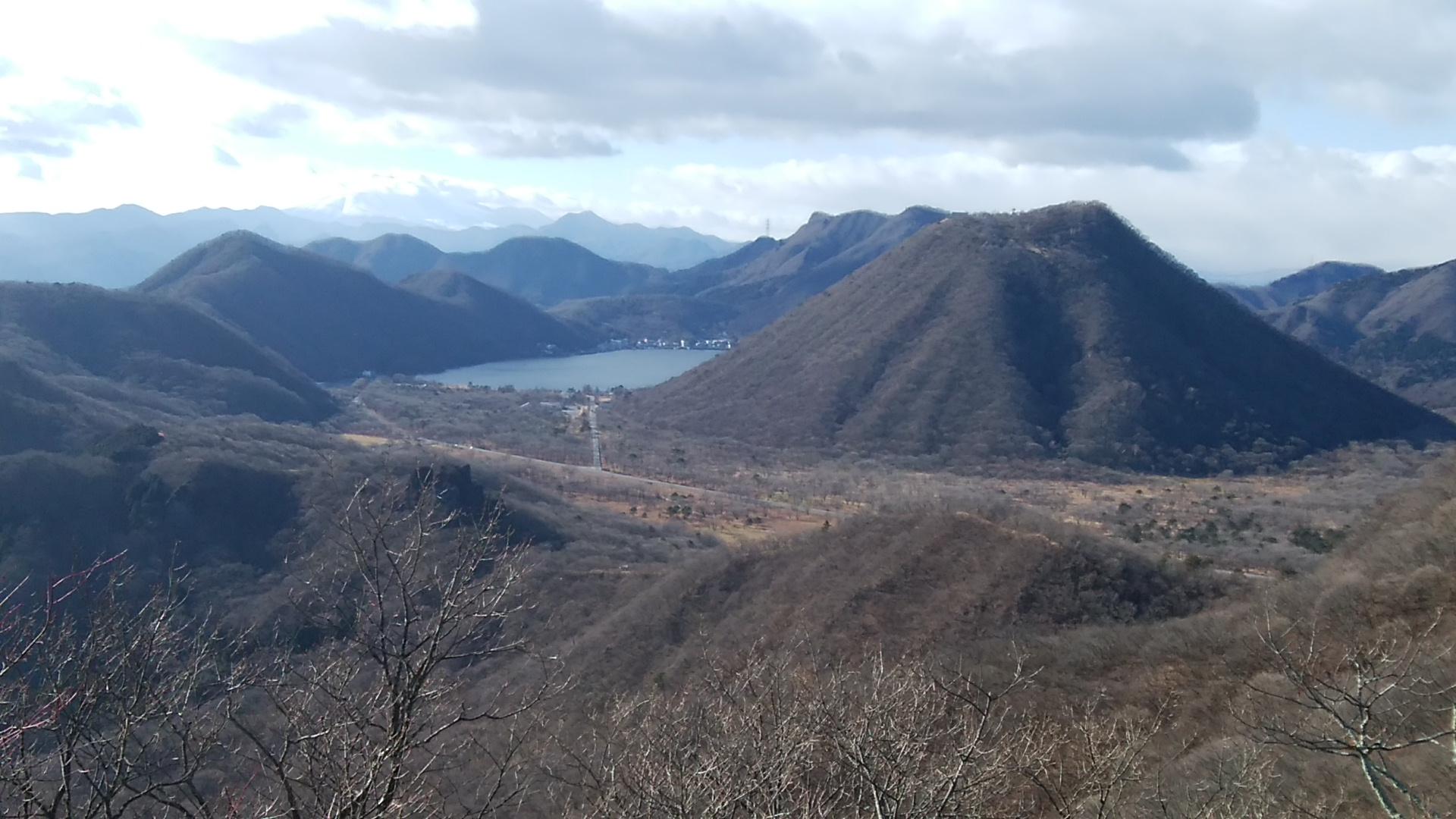 日本は広い。12月でも積雪の少ない山岳(里山)も多い