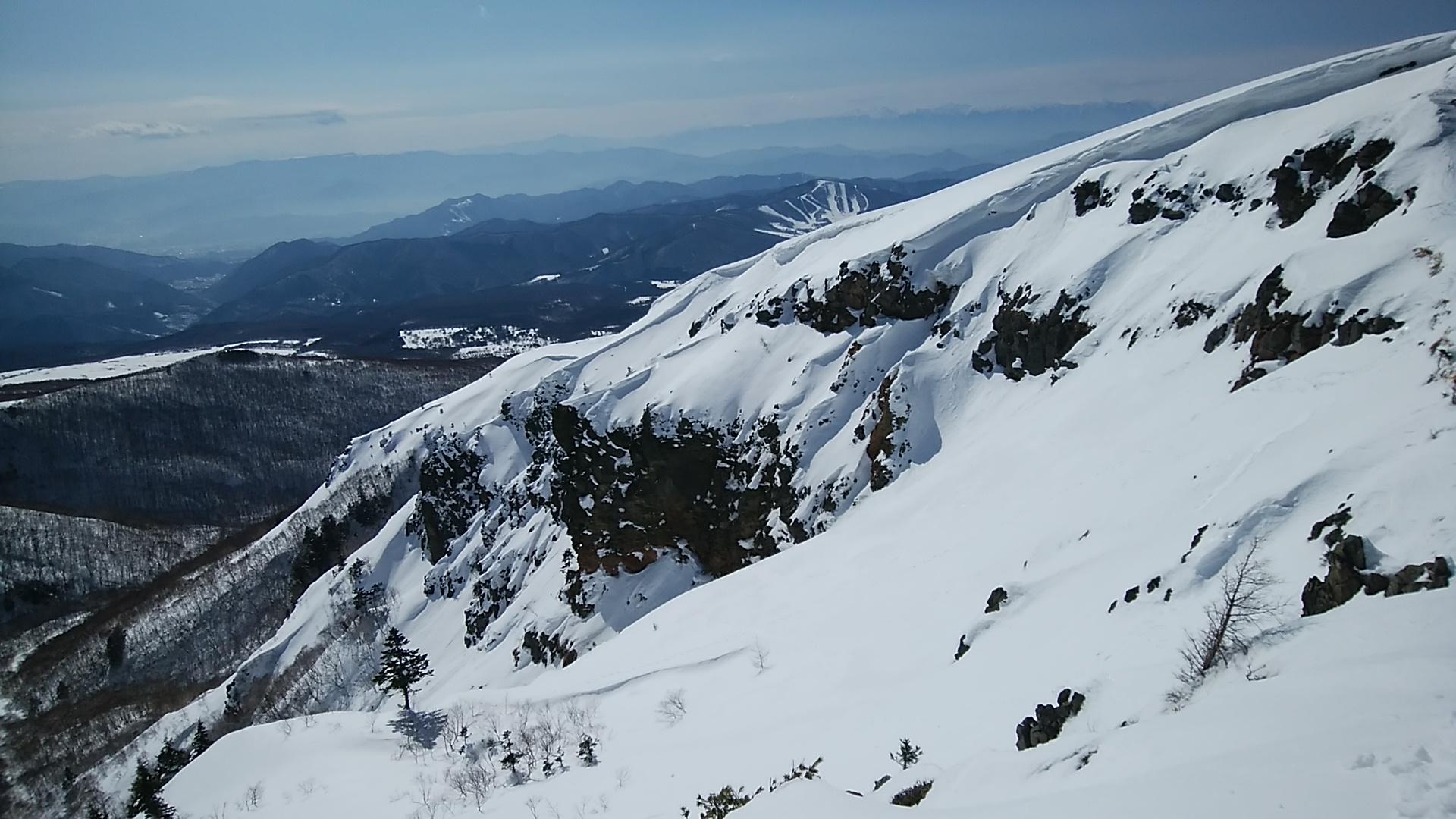 深雪の山は雪崩の危険もある。尾根や稜線の雪庇には要注意だ