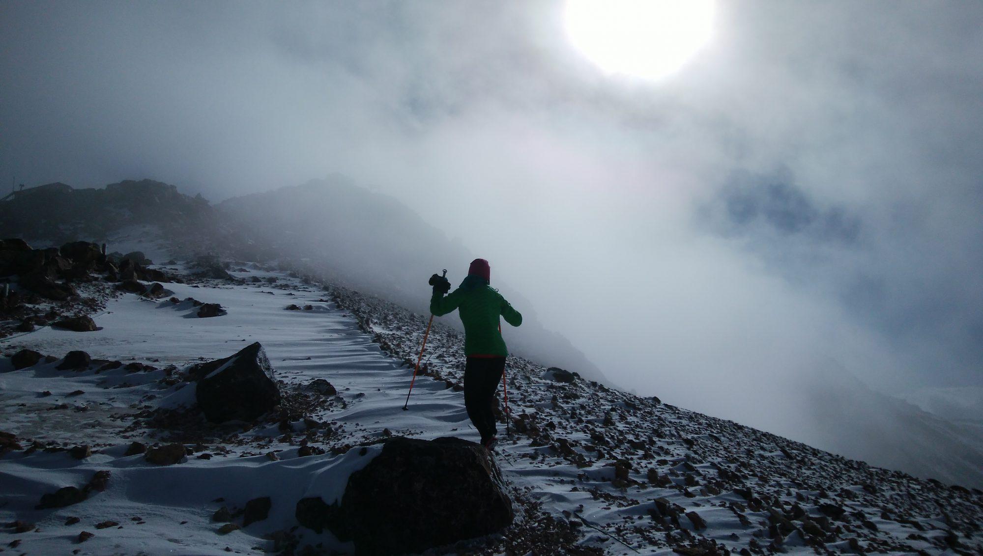 あっという間にホワイトアウトするのが冬山。軽装で下山ルートを見失ったら万事休す…